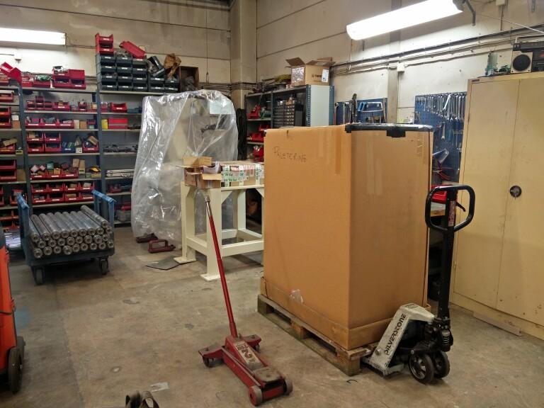 Palleteringsrobot som väntar på leverans